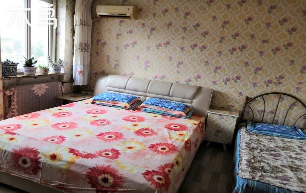 君子民宿位置位于海邊仙螺島附近,兩居室彩花壁紙墻壁,南北通透,一樓,交通便利。