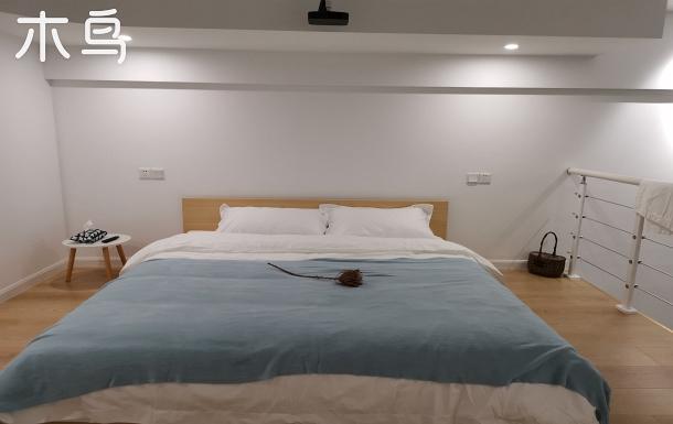 【青藍+普白】LOFT整套。柔軟大床,嫻靜;超百寸投影,安逸。坐標杉杉IN象 近月河景區。
