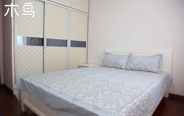 /鐘南街地鐵的精裝四居的大床房單間