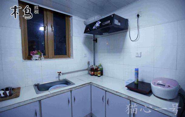 别墅夜晚厨房图片