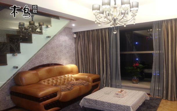 房子一樓為客廳,廚房,衛生間,二樓為臥室,衣帽間,衛生間.