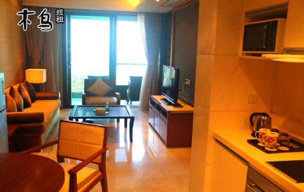 所在楼层:10层~14层/共19层 这里是高档酒店式度假公寓;120平方价值300万海景公寓,配套齐全,拎包入住。 【房型配置】:2间卧室、2独立卫浴,2张1.8米床、大沙发、液晶彩电3台(客厅和卧室)、海景阳台、洗衣机、消毒柜、微波炉、电磁炉、抽油烟机、电热水壶、电冰箱、写字台、卫浴按摩浴缸和阳台海景浴缸 【公寓生活】:内设厨房,湾区每天有数班免费穿梭巴士来往超市、集市为度假生活购物食品采购提供方便。(开伙做饭收费标准:200元/月;100元/半月) 我们以酒店式规范管理为您度假提供周到服务!按四星级