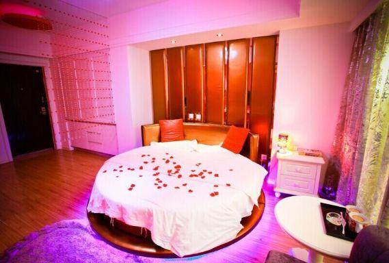 万达广场 附近 精装公寓心心相印圆床房