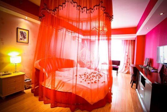 万达广场 特色主题圆床房 粉红色
