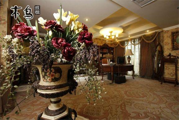 别墅为纯正欧式装修风格,进口装修材料,豪华程度远高于其他.
