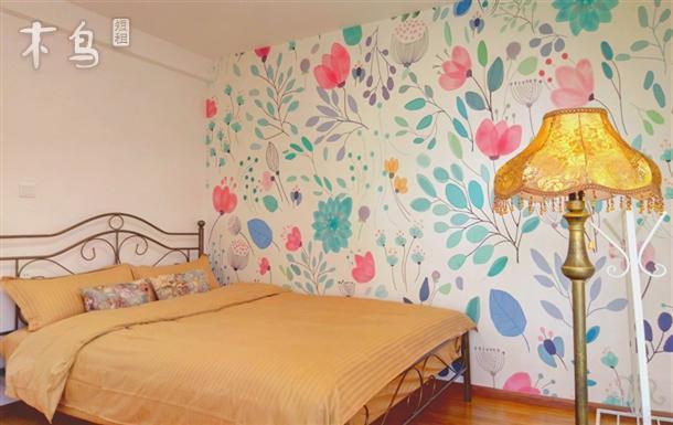 整个房间装修采用了洛丽塔式神秘花园的风格,整体装饰以粉红、粉蓝、黄、白四种色调为主,而床和沙发则采用了古铜色,给人一种甜美可爱,也不损丝毫高贵的感觉,最大化的呈现了神秘高贵的风格。 敞亮的客厅正对着洱海,云,山,海三位一体尽收眼底。 我们的公寓一共有2个房间,都有着面对洱海的超大飘云台,统一配置1.