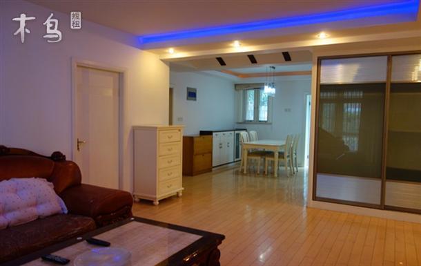 内部墙面用立邦漆,地面用实木地板装饰,24小时热水,一体式马桶,配有