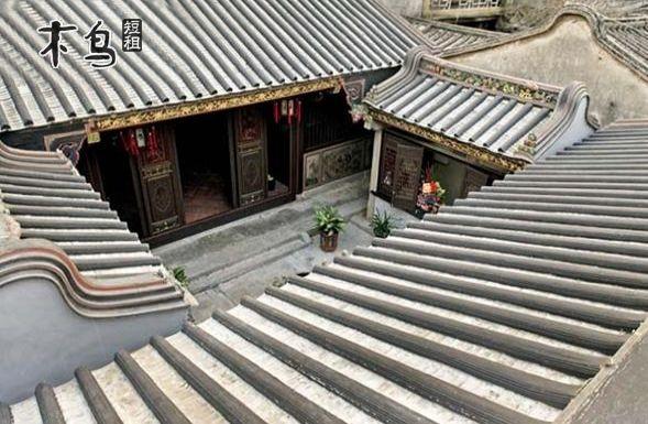 步入载阳巷,客栈的八卦金漆木门和屋檐下的金漆花鸟木雕首先映入眼帘.