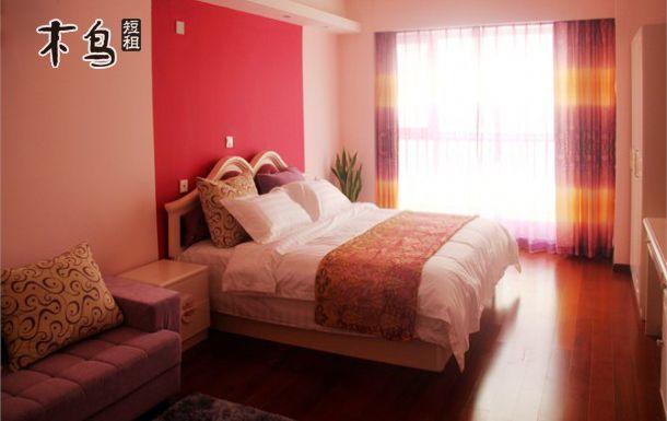 大拇指广场快乐假日深蓝公寓豪华大床房