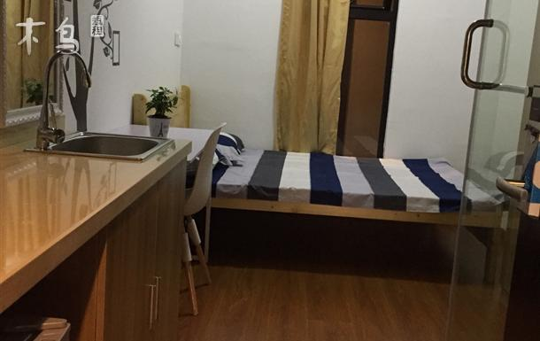 江桥万达附近酒店式公寓大床(过道窗)