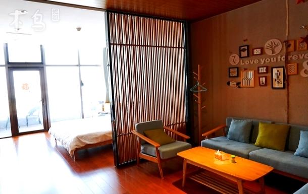 艾美酒店看海阳台奢华装修大床房