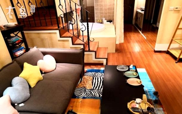 (先咨询后付款)近三里屯簋街 网红loft复式大浴缸夜景公寓