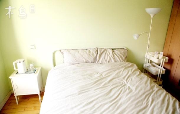 东方丽景巨峰路地铁旁双人床房