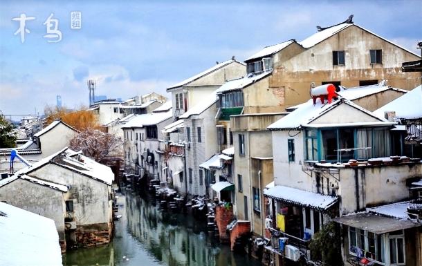 苏州火车站山塘街留园虎丘观前街姑苏河沿有书店的民宿房