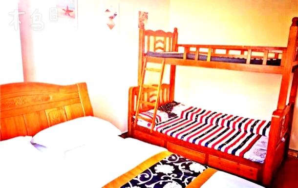 三亚海边单间 大床加母子高低床 可住四人