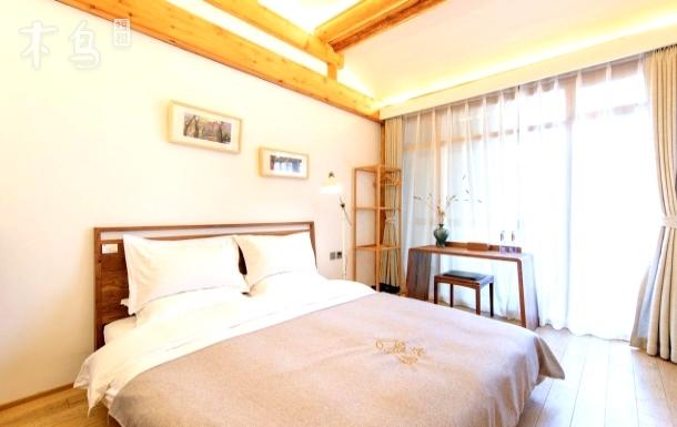 隐海.空棂·理木客厅.西海胡桃木艺大床房
