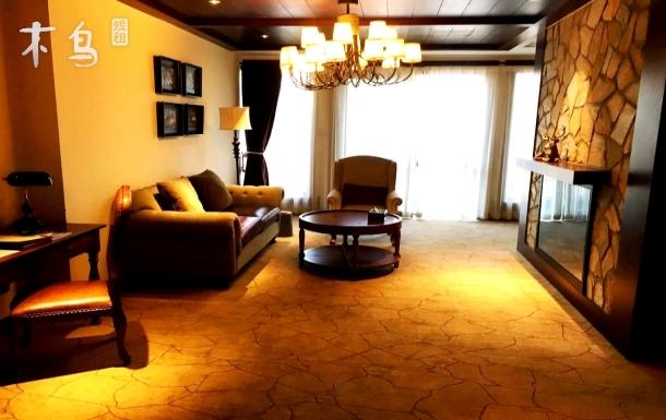 悦墅·豪华大床房:美式壁炉客厅、浴缸