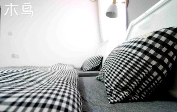 无印良品四件套 雅致标间 1.2超大双床房 家有热情好客的金毛英短蓝白